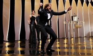 O cineasta Ruben Ostlund não conteve a empolgação ao receber a Palma de Ouro em Cannes, por seu filme 'The square' Foto: STEPHANE MAHE / REUTERS