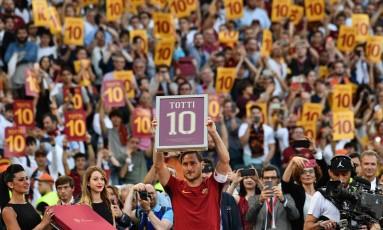 Totti foi homenageado em sua última partida na Roma Foto: VINCENZO PINTO / AFP