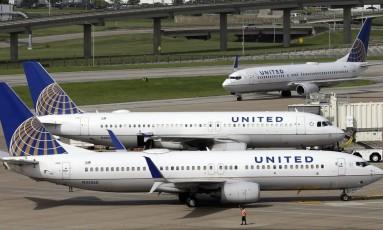 Aviões da United Airlines estacionados no aeroporto de Houston Foto: David J. Phillip / AP