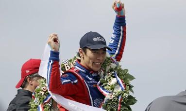 Takuma Sato comemora a vitória nas 500 milhas de Indianápolis Foto: Sam Riche / AP