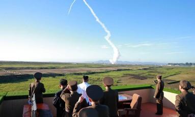 O líder norte-coreano, Kim Jong-Un, assiste a um teste de um novo sistema de armas Foto: STR / AFP