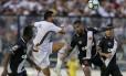 O zagueiro Breno observa Henrique Dourado, do Fluminense, em disputa aérea Foto: Marcelo Theobald / Agência O Globo