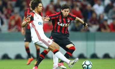 Willian Arão é pressionado por Matheus Rossetto, do Atlético-PR, no empate do Flamengo em Curitiba Foto: Gilvan de Souza/Flamengo