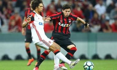 Willian Aarão é pressionado por Matheus Rossetto, do Atlético-PR, no empate do Flamengo em Curitiba Foto: Gilvan de Souza/Flamengo