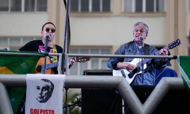 Diversos artistas, como Caetano Veloso e Milton Nascimento, compareceram ao evento que pediu a saída do presidente Michel Temer e a realização de eleições diretas, em Copacabana Foto: Pablo Jacob / O Globo