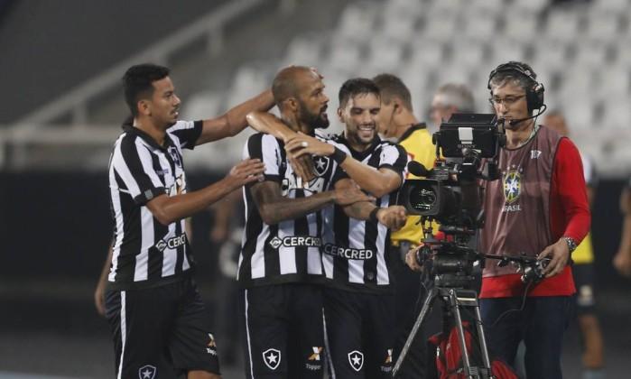 Bruno Silva, abraçado por Lindoso e Pimpão, comemora o gol na vitória do Botafogo sobre o Bahia Foto: Antonio Scorza / Agência O Globo