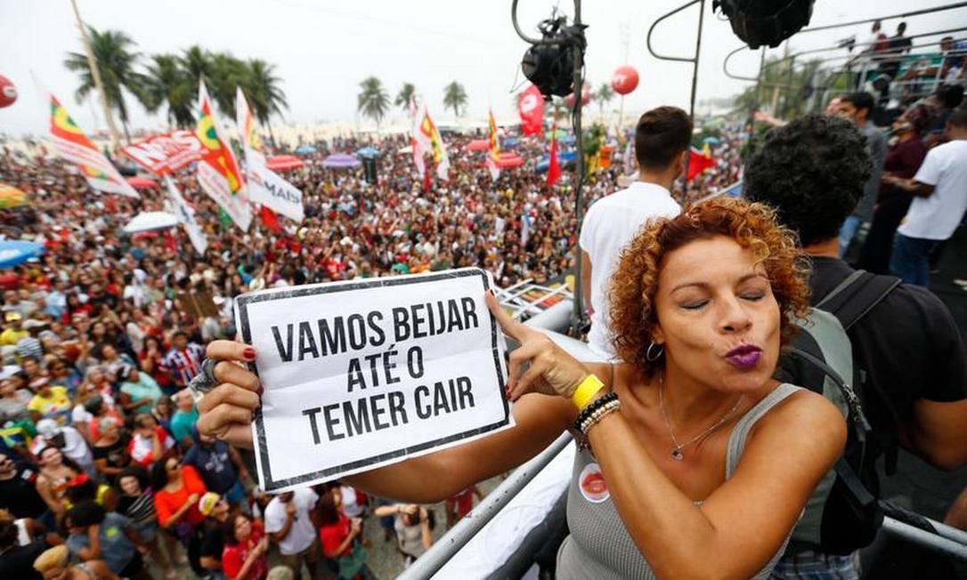 Já esta manifestante leva um cartaz com uma brincadeira: Proposta de beijar até o presidente Michel Temer perder o cargo Pablo Jacob / O Globo
