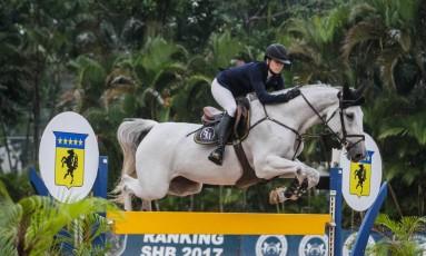 A amazona Stephanie Macieira, montando Juicy, ultrapassa um obstáculo na 3ª Etapa do Ranking da SHB Foto: Beatriz Cunha/Divulgação