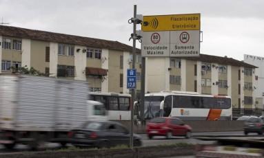 Radares que controlam a velocidade são os que mais multam na cidade. Na foto, um equipamento no Km 12 da Avenida Brasil, na Penha Foto: Márcia Foletto - 19/05/2017 / Agência O Globo
