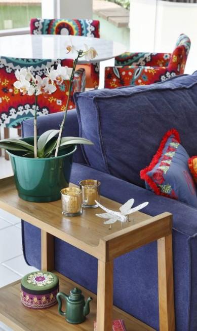 O sofá virou o destaque desta sala de estar de uma casa em São Conrado assinada pelas designers do escritório A3 Interiores Divulgação