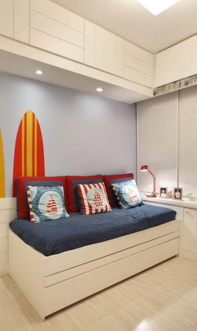 Mas tem para eles também! A colcha jeans pespontada com linha vermelha dá charme a este quarto feito para um menino de 8 anos. O projeto é da A3 Interiores Divulgação