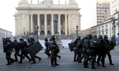 Policiais protegem sede da Alerj durante votação do projeto que aumentou contribuição previdenciária de servidores estaduais Foto: Marcelo Theobald em 24/05/2017 / Agência O Globo