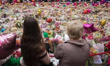 Tributo a vítimas de ataque terrorista tem diversos buquês de flores em praça de Manchester Foto: JON SUPER / AFP