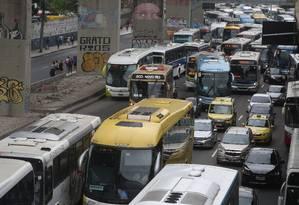 Em dez anos, multas cresceram mais que a frota de carros no Rio. Na foto, o trânsito engarradado na chegada à rodoviária Foto: Custódio Coimbra - 25/02/2017 / Agência O Globo