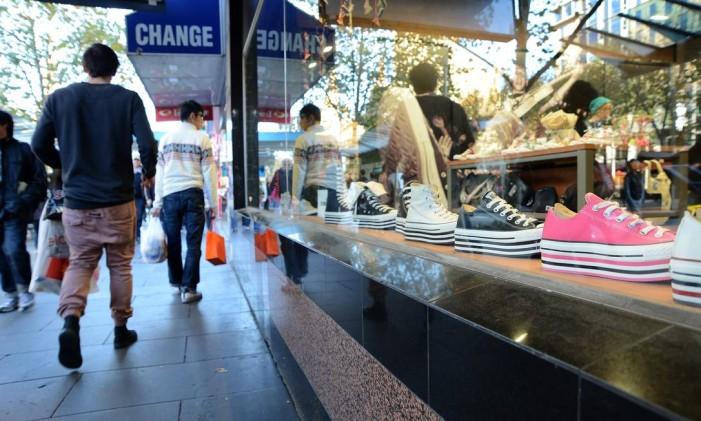 Tênis em vitrine de loja de Melbourne, na Austrália Foto: Carla Gottgens / Bloomberg