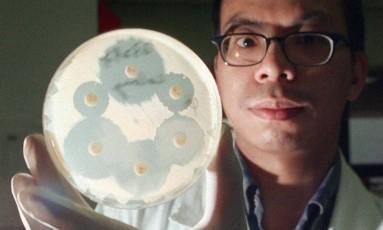 Médico segura a cultura de uma potente cepa de Staphylococcus aureus, capaz de resistir aos mais potentes antibióticos Foto: K. Y. Cheng / Associated Press