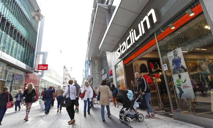 Pedestres em rua de lojas em Estocolmo, na Suíça. Foto: Johan Jeppsson / Bloomberg