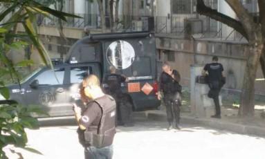 Policiais do Esquadrão Antibombas estão no Fundão Foto: Bangu ao Vivo