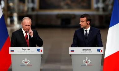 Macron e Putin ouvem perguntas de jornalistas no Palácio de Versalhes Foto: PHILIPPE WOJAZER / REUTERS