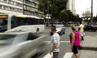 Perigo. Internautas apoiam o desligamento de radares, mas especialista alerta para risco aos pedestres Foto: Mônica Imbuzeiro / Agência O Globo
