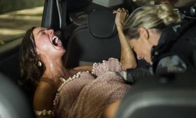 Jeiza (Paolla Oliveira) faz o parto de Ritinha (Isis Valverde) dentro de táxi durante um tiroteio Foto: Divulgação/TV Globo