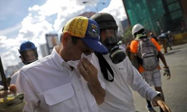 Capriles sofre com gás lacrimogêneo durante protesto em Caracas Foto: CARLOS BARRIA / REUTERS