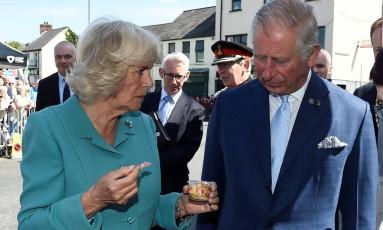 Camilla e Charles em Dromore Village, na Irlanda do Norte Foto: CLODAGH KILCOYNE / REUTERS/10-5-2107