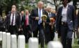 Marcha lenta. Trump e seu vice, Mike Pence (segundo à direita) participam de Memorial Day: promessas como a construção de um muro com México não saíram do papel Foto: CHIP SOMODEVILLA/AFP