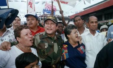 O general Manuel Noriega caminha com apoiadores em maio de 1989 na Cidade do Panamá Foto: John Hopper / AP