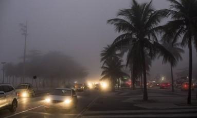 Nevoeiro em via da Zona Sul do Rio. Foto: 29/05/2017 Foto: Guito Moreto / Agência O Globo