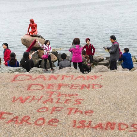 Turistas em frente ao famoso monumento dinamarquês Foto: IDA MARIE ODGAARD / AFP
