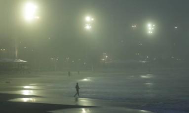 Parece noite: nevoeiro na Praia de Copacabana ao amanhecer Foto: Gabriel de Paiva / Agência O Globo