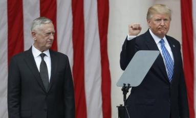 Presidente Donald Trump gesticula em palco ao lado do secretário de Defesa, Jim Mattis, em cerimônia nos EUA Foto: Pablo Martinez Monsivais / AP