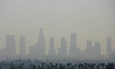 Imagem mostra a cidade de Los Angeles, nos EUA, encoberta pela poluição Foto: GABRIEL BOUYS / AFP