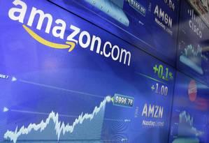 Logo da Amazon no painel da Nasdaq. Foto: Richard Drew/AP