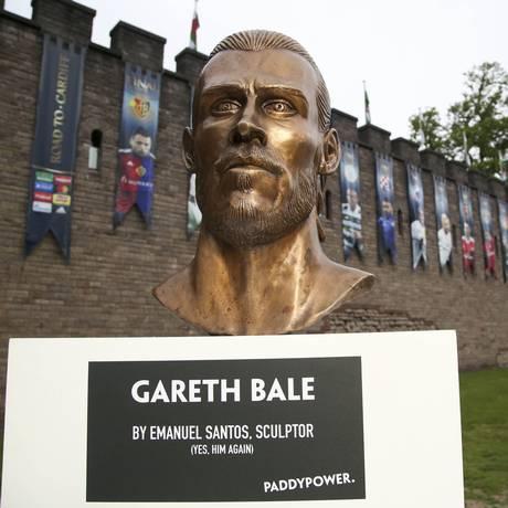 Busto de Bale feito pelo artista português Emanuel Santos é exibido em Cardiff, palco da final da Liga dos Campeões Foto: Geoff Caddick / AP