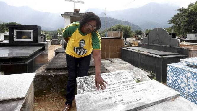 Rosângela Cunha Santos, uma das filhas de Garrincha, perto do túmulo onde o craque foi originalmente sepultado Foto: Domingos Peixoto / Agência O Globo