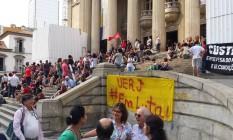 Manifestação de professores do ensino público estadual e da Uerj em frente à Alerj Foto: Agência O Globo