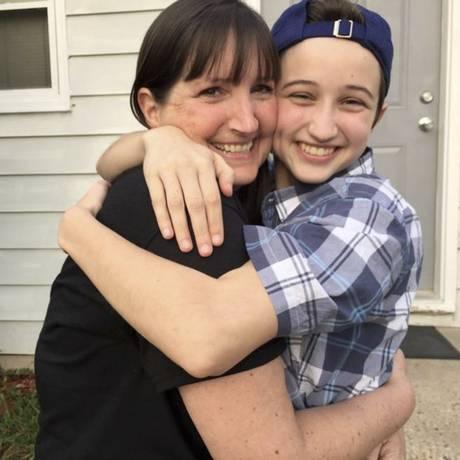 Ashton Whitaker abraça sua mãe Melissa Foto: Transgender Law Center via AP