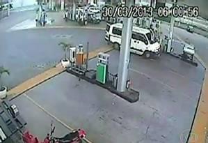 Imagem de câmera de posto de gasolina mostra van onde foi estuprada turista estrangeira Foto: Reprodução de TV