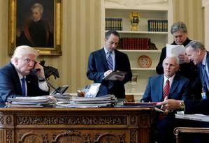 O presidente dos EUA, Donald Trump, fala no telefone com o presidente da Rússia, Vladimir Putin, no Salão Oval, em Washington: do círculo íntimo na foto, só quem não foi demitido é o vice, Mike Pence (sentado, de gravata vermelha) Foto: JONATHAN ERNST / REUTERS