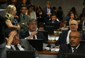Senadores debatem proposta de emenda constitucional (PEC) que prevê a realização de eleição direta para presidente e vice-presidente da República em caso de vacância dos cargos Foto: Ailton de Freitas / O Globo