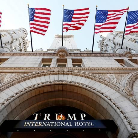 Foto mostra a entrada do Trump International Hotel no dia de sua abertura em Washington Foto: Kevin Lamarque / REUTERS