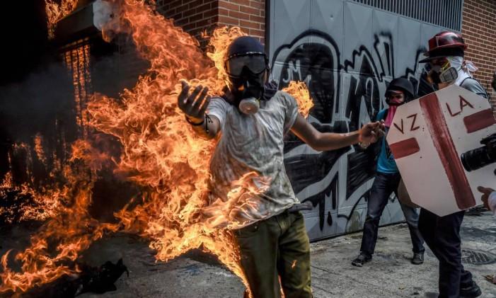 Víctor Salazar ficou com o corpo em chamas depois que o tanque de combustível de uma moto da polícia explodiu durante protestos contra o presidente venezuelano, Nicolás Maduro Foto: JUAN BARRETO / AFP