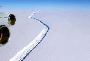Imagem mostra a fenda que se alastra pela plataforma de gelo na Antártica Foto: Divulgação/Nasa