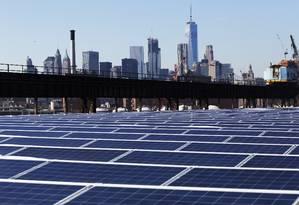 Painéis solares instalados sobre o Brooklyn Navy Yard, em Nova York Foto: Mark Lennihan / AP
