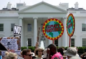 Na segunda-feira, manifestantes realizaram protesto em frente à Casa Branca exigindo manutenção de políticas climáticas. Alguns políticos republicanos temem 'contágio eleitoral' das decisões tomadas por Donald Trump Foto: Joshua Roberts / REUTERS