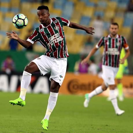 Orejuela domina a bola em partida pelo Fluminense Foto: Marcelo Theobald / Agência O Globo