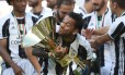 Daniel Alves exibe o troféu do Campeonato Italiano em sua primeira temporada na Juventus