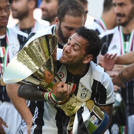 Daniel Alves exibe o troféu do Campeonato Italiano em sua primeira temporada na Juventus Foto: FILIPPO MONTEFORTE / AFP
